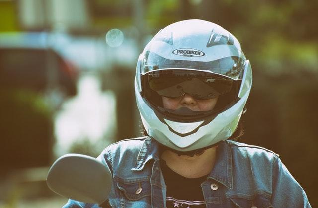 stříbrná helma