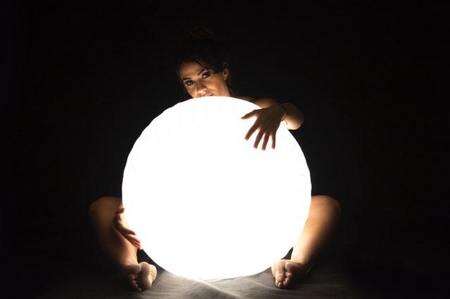 žena držiaca veľké svetlo.jpg