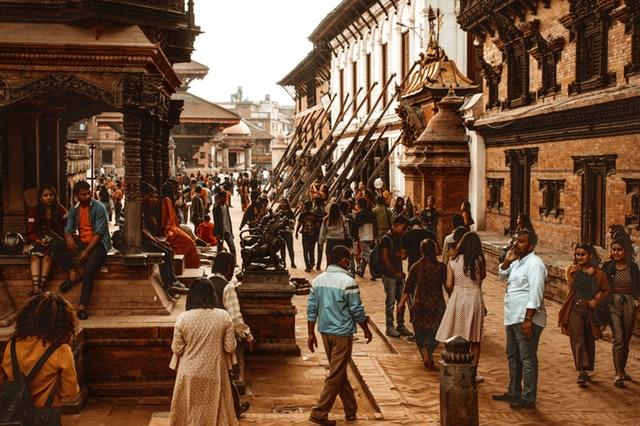 Ulička v historickom meste, kde je veľa ľudí