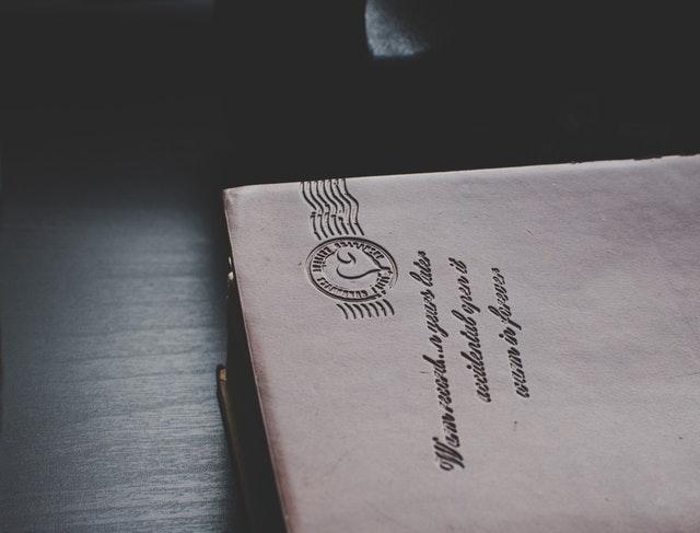 Hnedá obálka s vypísanou adresou.jpg